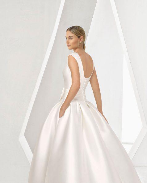Vestido de novia de corte clásico línea A en mikado con escote redondo y falda a pliegues cortada a cintura. Colección ROSA CLARA 2019.