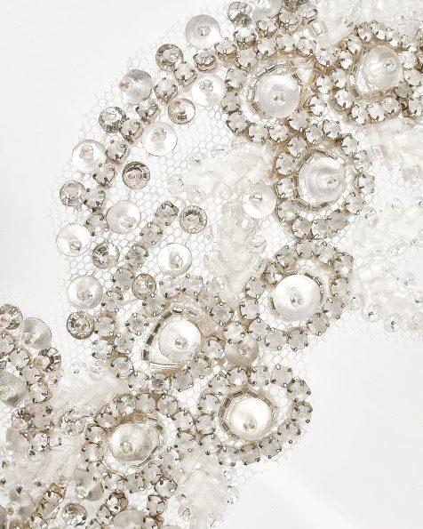 Diadema de brilhantes com laço de chiffon, em cor natural. Coleção ROSA CLARA COUTURE 2020.