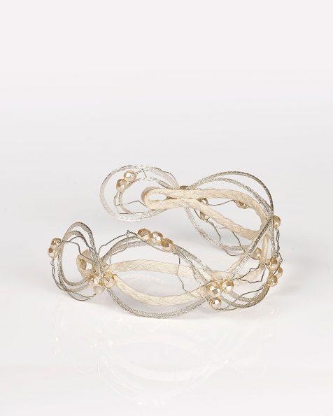 Acconciatura di filo rivestito con elementi decorativi. Disponibile in colore avorio e bianco. Collezione ROSA CLARA COUTURE 2020.