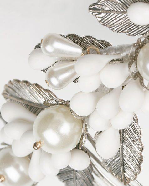 Coroa joia de noiva de metal e porcelana, em prateado/cor natural. Coleção ROSA CLARA COUTURE 2020.