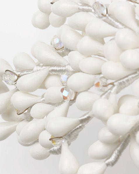 Coroa joia de noiva de porcelana e cristais, com adorno de broche de brilhantes Swarosky em branco/preto. Coleção ROSA CLARA COUTURE 2020.