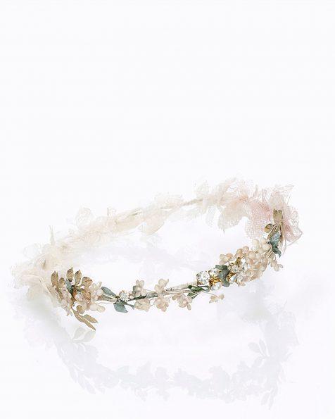 Copricapo da sposa con fiori, decorato con strass e metallo. Con velo di tulle e decorazione di pizzo. Disponibile in rosa. Collezione ROSA CLARA COUTURE 2020.