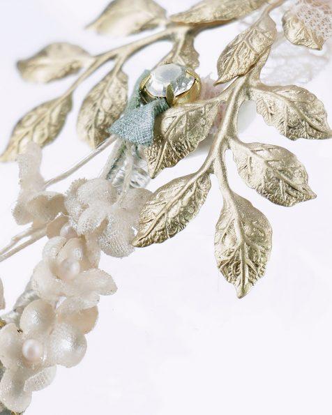 Toucado de noiva com flor, adorno de brilhantes e metal. Com véu de tule e adorno de renda. Disponível em rosa. Coleção ROSA CLARA COUTURE 2020.