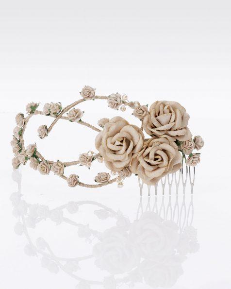 Pettinino da sposa con fiori e decorazione di strass. Disponibile in naturale, carne, blu e rosa. Collezione ROSA CLARA COUTURE 2020.