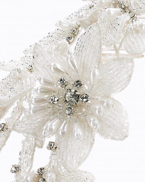 Pinta de núvia amb flors i fulles de pedreria. Disponible en color natural. Col·lecció ROSA CLARA COUTURE 2020.