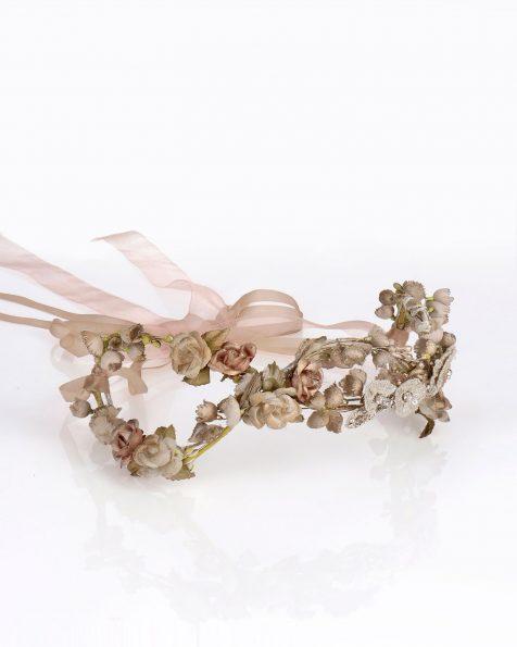 Coroa de noiva de flores de organza. Com adorno de brilhantes, metal e cintas de organza. Coleção ROSA CLARA COUTURE 2020.