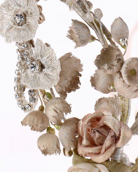 Corona da sposa con fiori di organza. Con decorazione di strass, metallo e nastri di organza. Collezione ROSA CLARA COUTURE 2020.