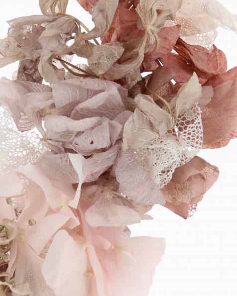 Toucado de noiva de flor natural e tule plumetti. Com cintas de organza. Coleção ROSA CLARA COUTURE 2020.