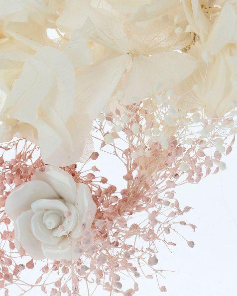 Travessa de noiva de flores naturais. Com adorno de flores de porcelana. Coleção ROSA CLARA COUTURE 2020.