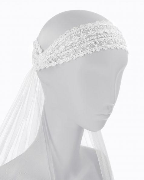 Toucado de noiva de renda com brilhantes. Com véu de tule de seda. Coleção ROSA CLARA COUTURE 2020.