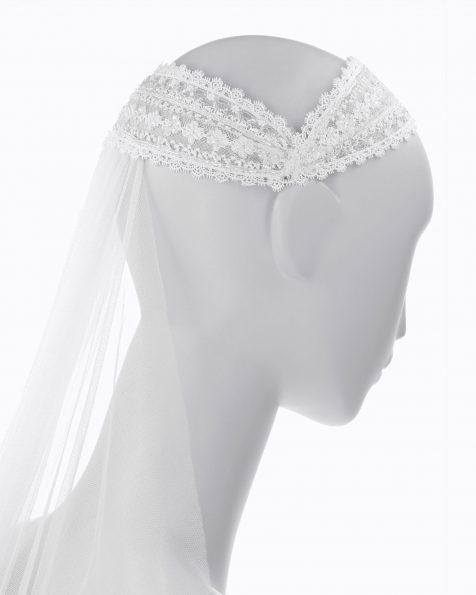 Copricapo da sposa in pizzo con strass. Con velo in tulle di seta. Collezione ROSA CLARA COUTURE 2020.