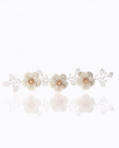 Copricapo da sposa gioiello in argento. Con decorazione di fiori in metallo e perline. Collezione ROSA CLARA COUTURE 2020.