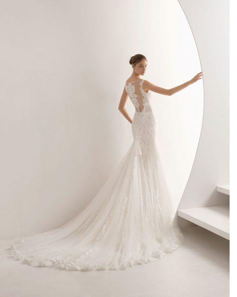 Robe de mariée coupe sirène en dentelle et pierreries, col en cœur et dos effet tatouage avec transparences et poches. Collection ROSA CLARA 2020.