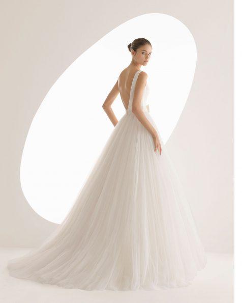 Robe de mariée style princesse en satin duchesse et tulle doux, col bateau, jupe créant du volume, de couleur ivoire. Collection ROSA CLARA 2020.