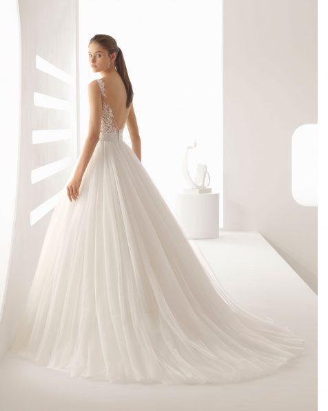 Robe de mariée princesse en dentelle avec pierreries et tulle, col V transparences, jupe créant du volume, couleur naturelle/nude. Collection ROSA CLARA 2020.