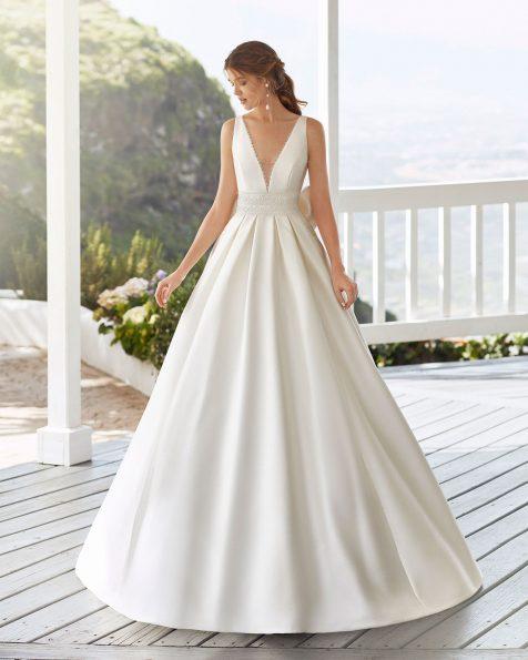 Vestido de noiva estilo clássico de sienna e renda de brilhantes na cintura. Decote deep-plunge e costas quadradas e laço. Coleção ROSA CLARA 2020.