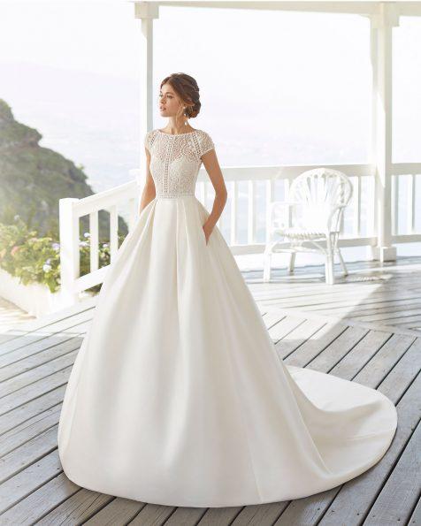Vestido de noiva estilo clássico de sienna e renda e brilhantes. Decote fechado e costas de renda. Coleção ROSA CLARA 2020.