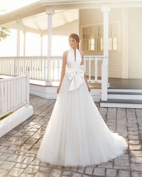 Abito da sposa stile classico in sienna e tulle. Scollo profondo, fiocco in vita e schiena scoperta. Collezione ROSA CLARA 2020.