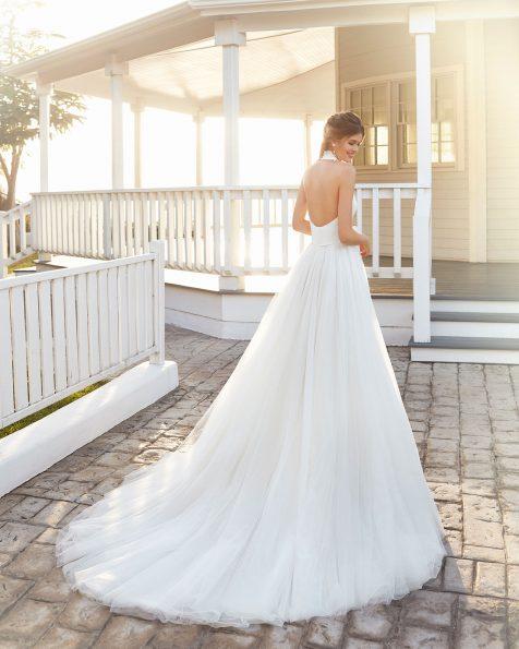 Vestido de noiva estilo clássico de sienna e tule. Decote deep-plunge e laço na cintura e costas abertas. Coleção ROSA CLARA 2020.