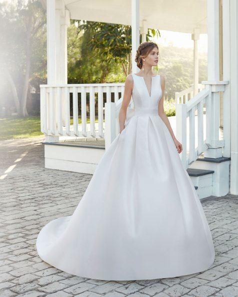 Vestido de noiva estilo clássico de sienna. Decote à barco com abertura em V e costas decotadas quadradas e laço. Coleção ROSA CLARA 2020.
