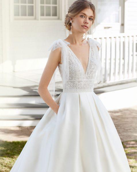 Vestido de noiva estilo clássico de sienna e renda de brilhantes. Decote em V e costas decotadas com laços de tule. Coleção ROSA CLARA 2020.
