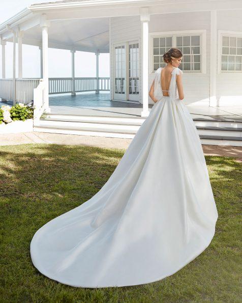 Vestido de novia estilo clásico en sienna y encaje pedrería. Escote en V y espalda escotada con lazos de tul. Colección ROSA CLARA 2020.