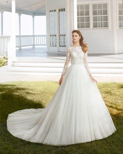 Vestit de núvia estil línia A de tul i blonda pedreria. Escot barca amb màniga llarga i esquena escotada. Col·lecció ROSA CLARA 2020.