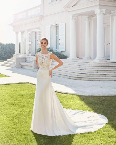 Vestido de novia corte recto de crepe elástico y encaje pedrería. Escote barco y espalda en V. Con forro moldeador. Colección ROSA CLARA 2020.
