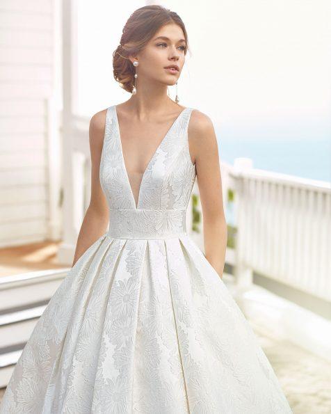 Klassisches Brautkleid aus Mikado-Seide. Ärmellos, Deep-Plunge-Ausschnitt und Carré-Rückenausschnitt. Kollektion ROSA CLARA 2020.