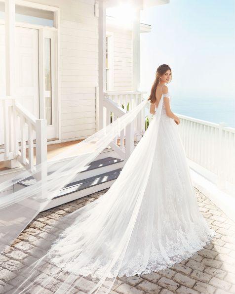 Vestido de noiva estilo linha A de tule e renda de brilhantes. Decote em forma de coração e costas decotadas. Coleção ROSA CLARA 2020.