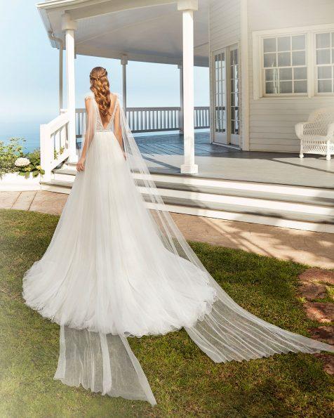 Vestido de noiva estilo corte linha A de tule e renda de brilhantes. Decote deep-plunge e costas em V com pequenas caudas de tule. Coleção ROSA CLARA 2020.