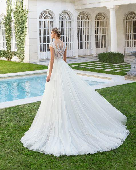 Vestido de noiva estilo linha A de tule plumetti e renda de brilhantes. Decote redondo com manga curta de renda e costas ilusão de renda. Coleção ROSA CLARA 2020.