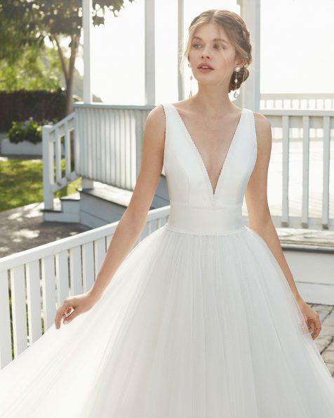 Vestido de noiva estilo linha A de tule e sienna. Decote em V e costas abertas. Coleção ROSA CLARA 2020.