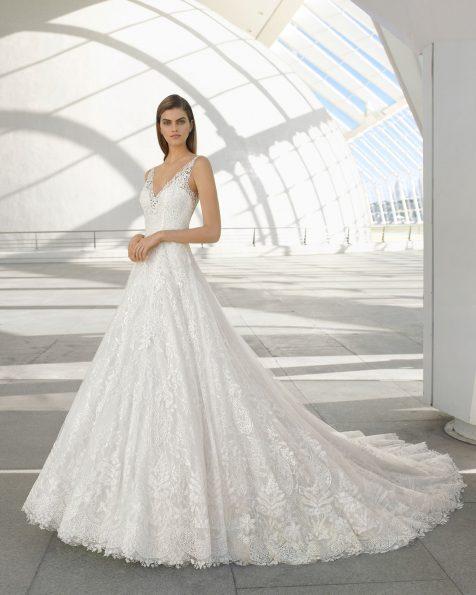 Vestido de novia estilo romántico de encaje y tul. Escote V y espalda escotada. Disponible en color natural. Colección ROSA CLARA 2020.