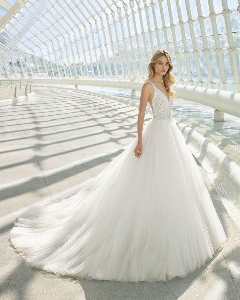 Vestido de noiva estilo princesa de renda, tule e brilhantes. Decote em V e saia muito volumosa. Disponível em cor natural. Coleção ROSA CLARA 2020.