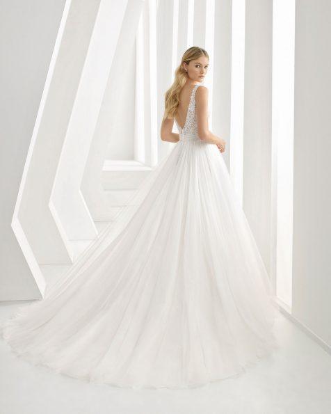 Vestido de novia estilo princesa de encaje, tul y pedrería. Escote V y espalda escotada. Disponible en color natural. Colección ROSA CLARA 2020.