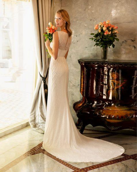 Vestido de novia corte recto de pedrería. Escote ilusión con pedrería bordada y de manga corta. Colección ROSA CLARA SOFT 2020.