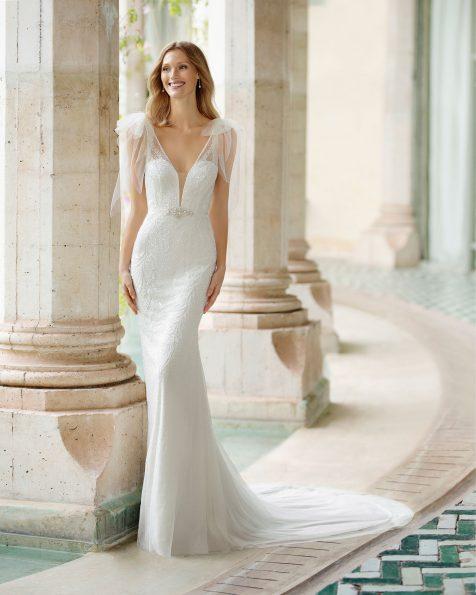 Vestido de novia corte sirena de pedrería. Escote deep-plunge y espalda en V escotada y tirantes cruzados. Colección ROSA CLARA SOFT 2020.