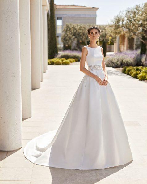 Vestido de noiva clássico de alta costura em cetim real. Decote à barco e costas em V. Com transparências de guipura na cintura e bolsos. Coleção ROSA CLARA COUTURE 2020.