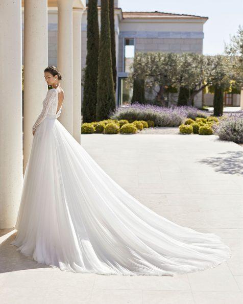 Princess-Brautkleid aus Spitze mit Strassbesatz und superweichem Tüll. Deep-Plunge-Ausschnitt, V-Rückenausschnitt und lange Raglanärmel. Mit weitem Rock und Guipure-Verzierungen an Gürtel und Ausschnitt. Kollektion ROSA CLARA COUTURE 2020.