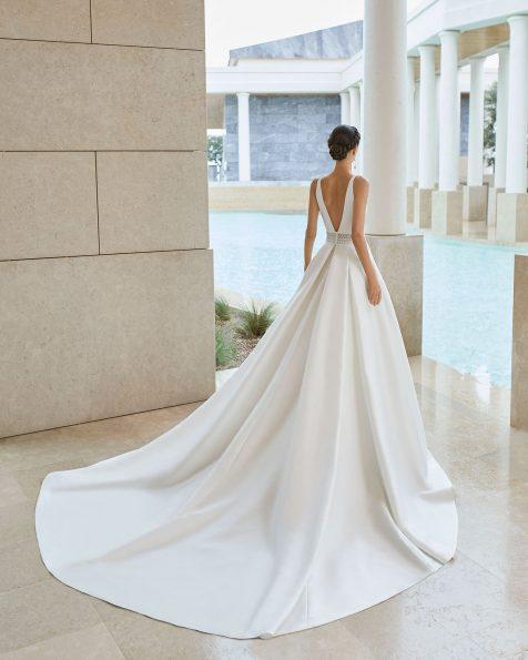 Vestido de novia clásico de costura en amalfi. Escote y espalda en pico y fajín de encaje con pedrería y transparencias. Con falda de pliegues y bolsillos. Colección ROSA CLARA COUTURE 2020.