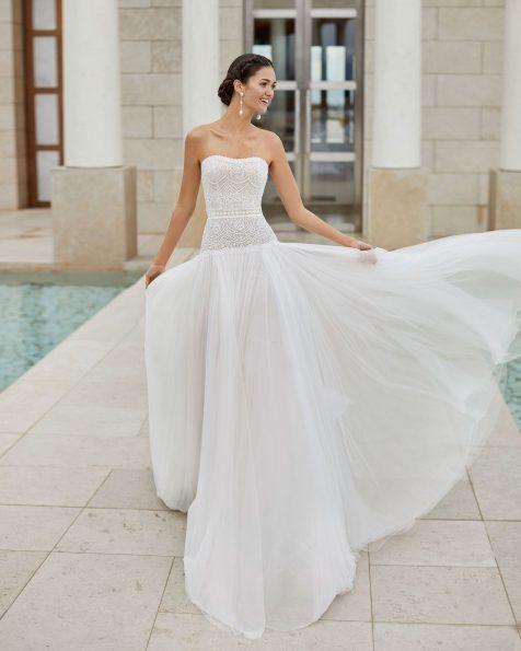 Vestido de novia estilo princesa de encaje con pedrería y tul extra suave. Escote palabra de honor semi corazón. Con talle largo y falda volumen. Colección ROSA CLARA COUTURE 2020.