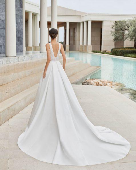 Abito da sposa classico di alta moda in pizzo con strass e raso reale. Scollo a V e schiena scollata. Gonna con pieghe in vita e tasche. Collezione ROSA CLARA COUTURE 2020.