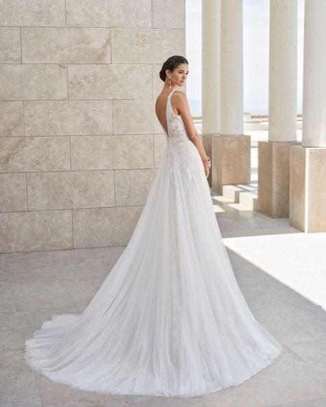 Princess-Brautkleid aus Spitze und superweichem Tüll. Deep-Plunge-Ausschnitt und tief ausgeschnittener Rücken. Weiter Rock und strassbesetzter Spitzenstreifen an Ausschnitt und Taille. Kollektion ROSA CLARA COUTURE 2020.