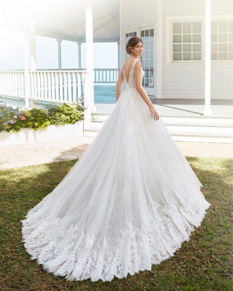 Vestido de noiva estilo linha A de tule e renda de brilhantes. Decote à barco e costas em V. Coleção ROSA CLARA 2020.