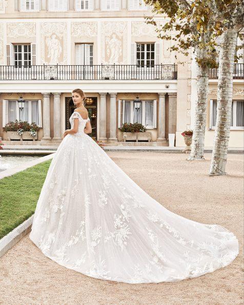 Vestido de novia estilo princesa de encaje y pedrería. Escote envolvente y espalda con corsé. Falda de gran volumen. Colección MARTHA BLANC 2020.