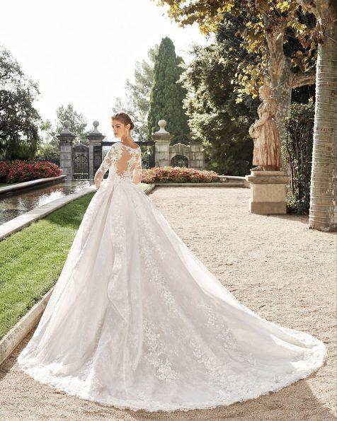 Vestido de novia estilo princesa de encaje y pedrería. Escote en V, manga larga y espalda de encaje. Falda con pliegues. Colección MARTHA BLANC 2020.