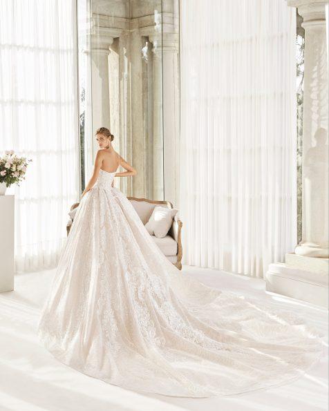 Vestido de novia estilo princesa de encaje y pedrería. Escote palabra de honor y espalda escotada con corsé. Falda gran volumen. Colección MARTHA BLANC 2020.