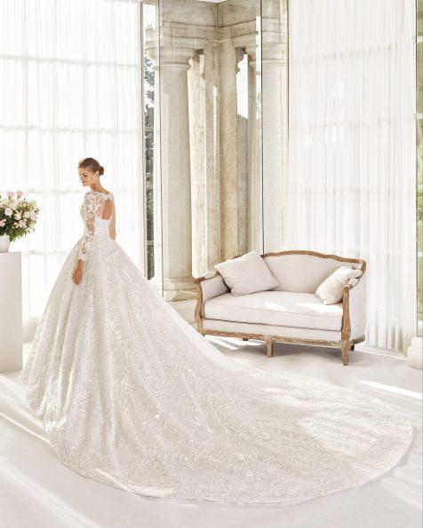 Vestido de novia estilo princesa de encaje y pedrería. Escote en V, manga larga y espalda de encaje con corsé. Colección MARTHA BLANC 2020.