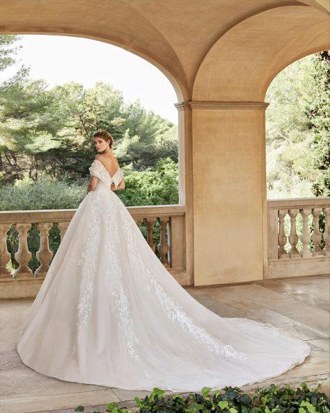Vestido de novia estilo princesa de encaje y pedrería. Escote envolvente con espalda escotada. Falda gran volumen. Colección MARTHA BLANC 2020.